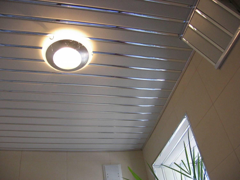 Монтаж подвесного реечного алюминиевого потолка в квартире в.